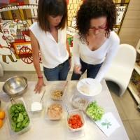 """Diseño nutricional y showcooking de la ensalada solidaria """"Mujeres que corren"""" presentada en el Restaurante Quemedás Gijón."""